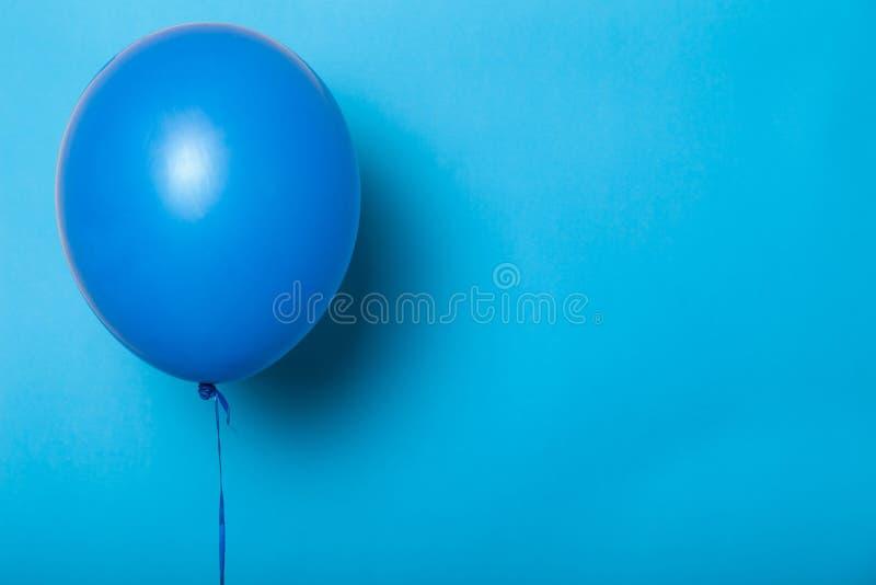 Bl? ballong isolerad modell, tomt utrymme f?r text, logo royaltyfria foton