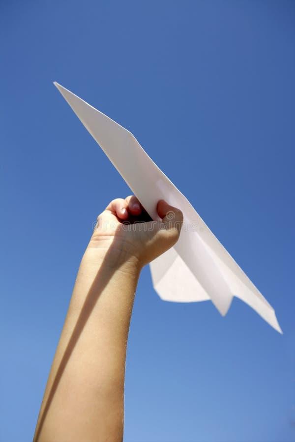 blå barnhand för flygplan över den paper skyen royaltyfria foton