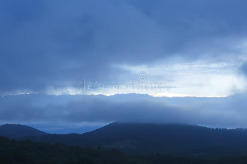 blå bergkant arkivfoton
