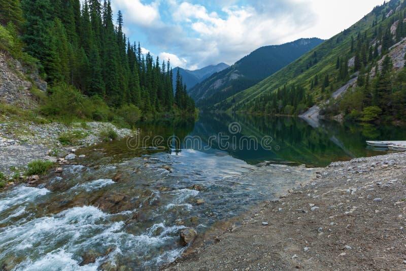 Blå bergsjö i Kasakhstan arkivbild