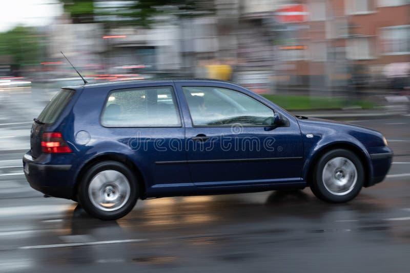 Blå bil i rörelse, abstrakt bakgrund royaltyfri foto