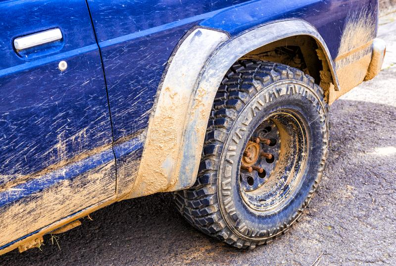 Blå bil som är smutsig med gyttja royaltyfri bild