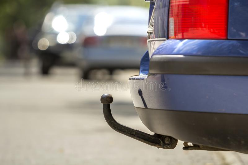 Blå bil som parkeras på den soliga gatan, röda stoppljus, krok för dragg fotografering för bildbyråer