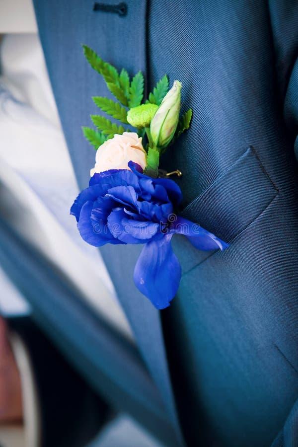 blå boutonniere royaltyfria bilder