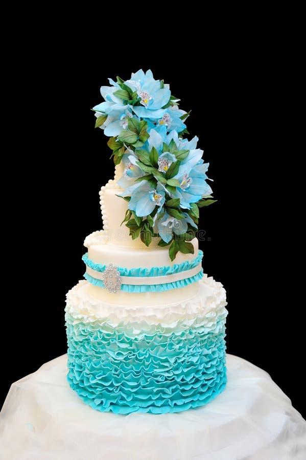 Blå bröllopstårta på en svart bakgrund royaltyfria foton