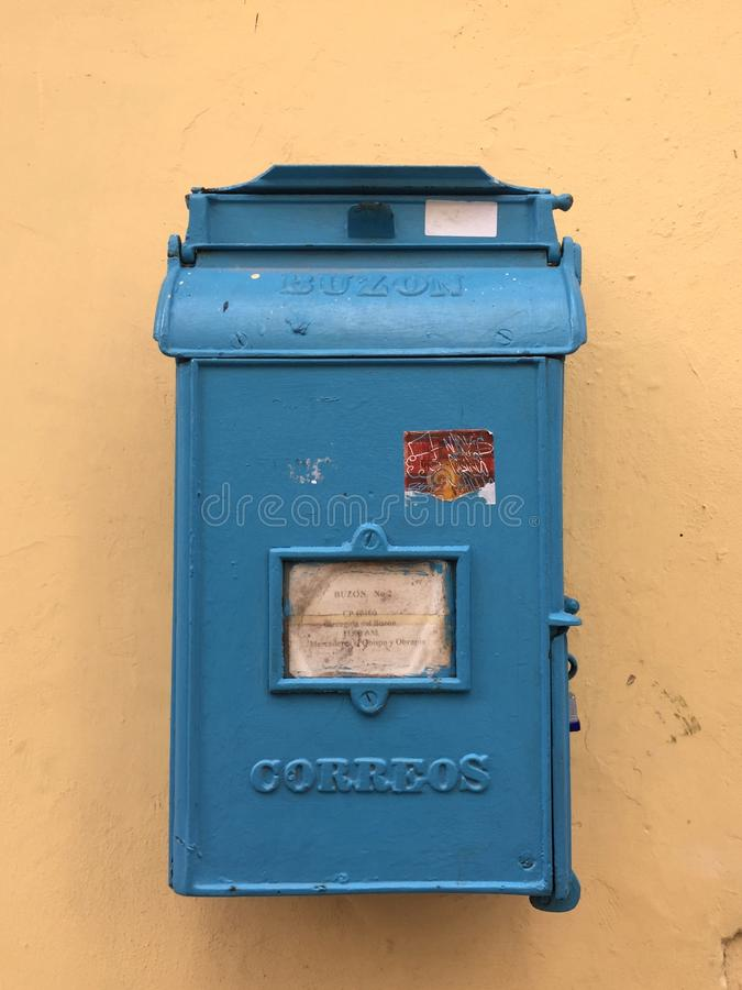 Blå brevlåda i Kuba royaltyfri fotografi