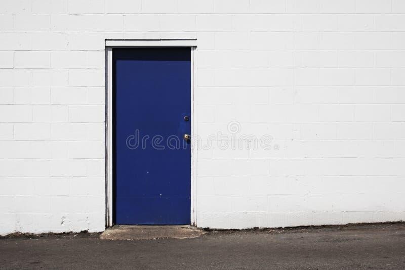 blå byggnadsdörrwhite royaltyfria foton