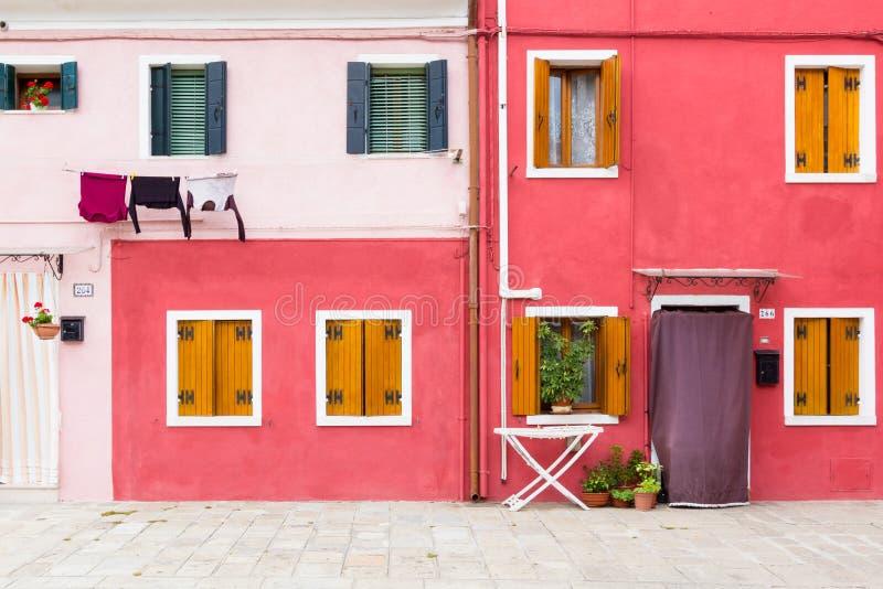 Blå byggnadsfasad i Burano, Italien arkivbild