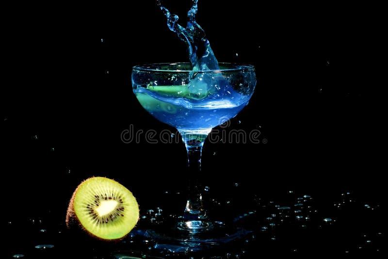 blå coctailexponeringsglasfärgstänk arkivbild