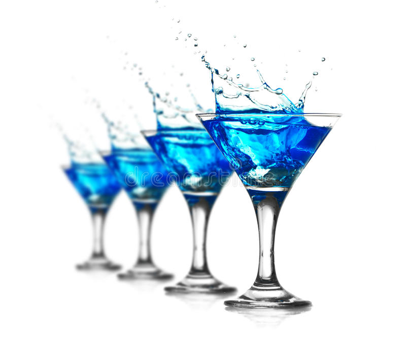 Blå curacao coctail med färgstänk arkivfoto