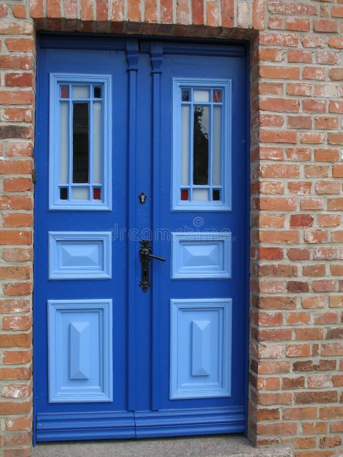 blå dörr arkivfoton