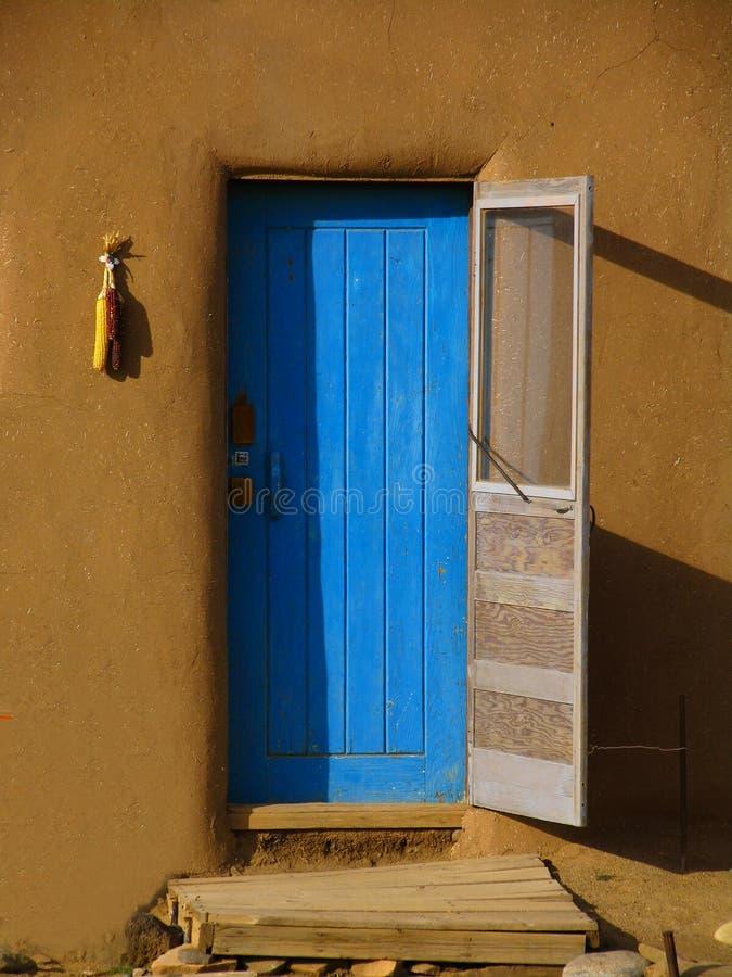 blå dörr arkivbilder