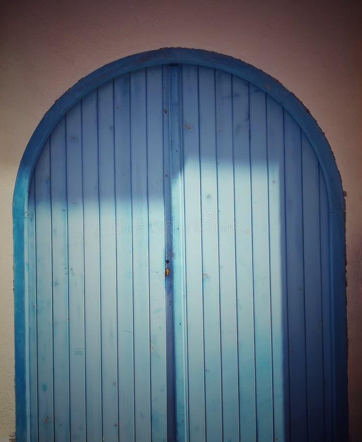 blå dörr royaltyfri bild