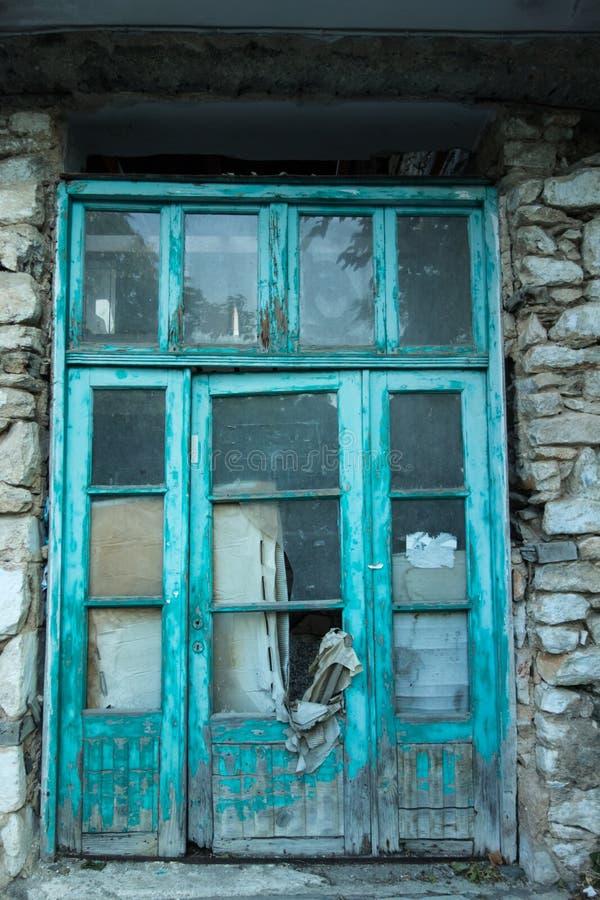 Blå dörr av gammal byggnad royaltyfri bild