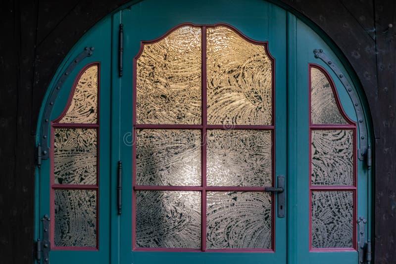 Blå dörr för tappning med etsade glaspaneler royaltyfri fotografi