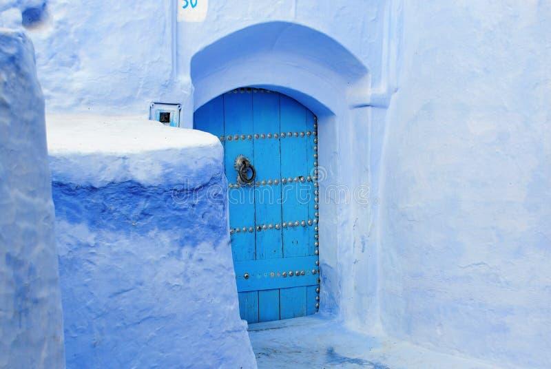 Blå dörr i Chefchaouen Marocko royaltyfri bild