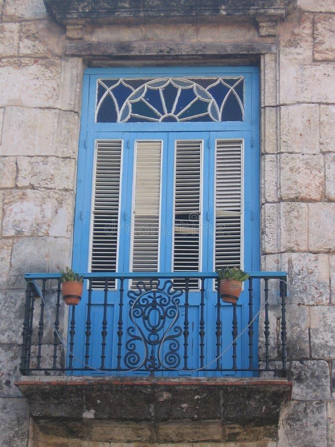 Blå dörr med balkongen arkivfoto