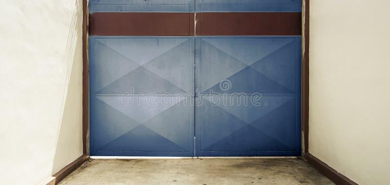 Blå dörr med lagercloseupen royaltyfria foton