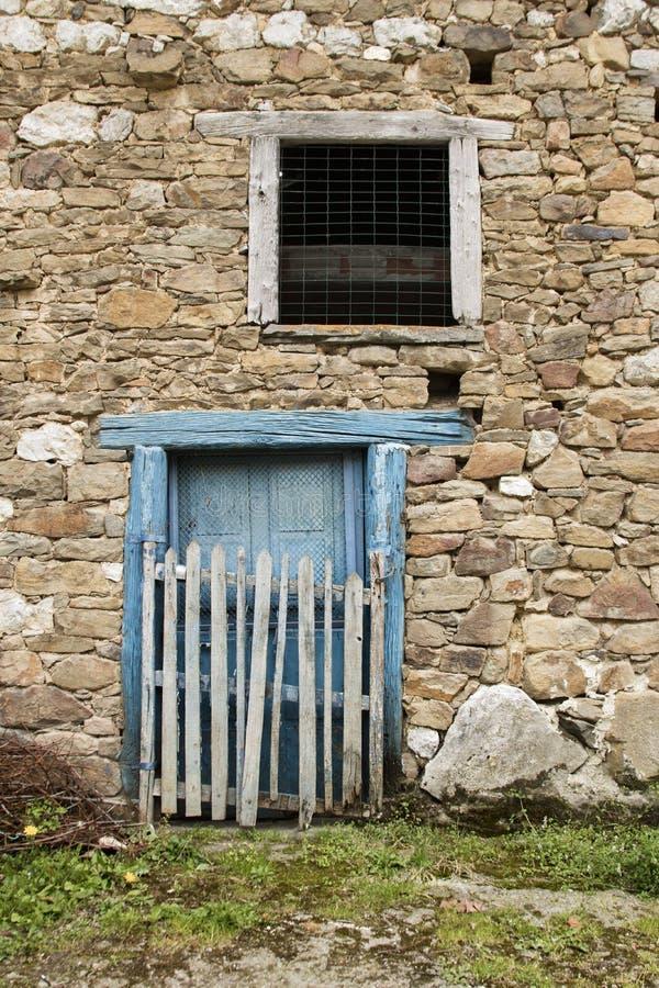 Blå dörr- och stenvägg royaltyfri fotografi