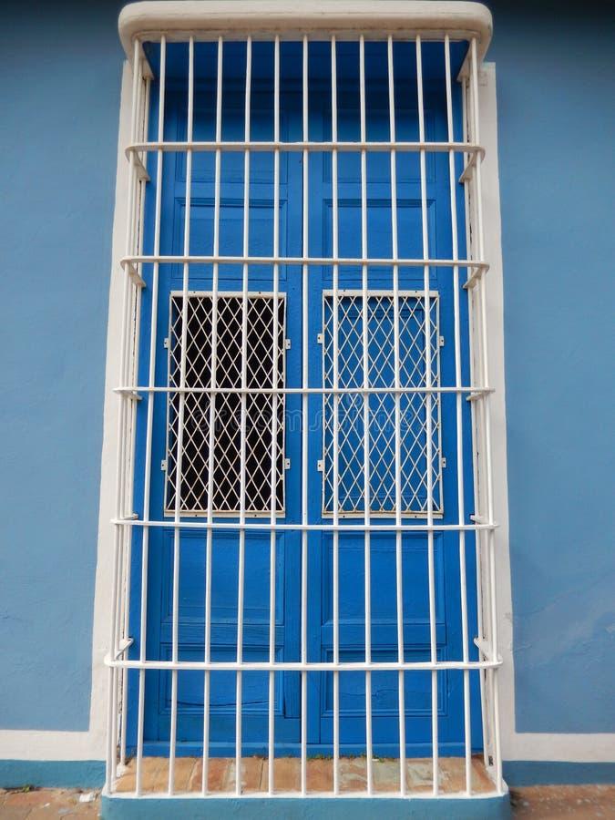 BLÅ DÖRR PÅ DEN BLÅA FASADEN, TRINIDAD KUBA arkivfoton