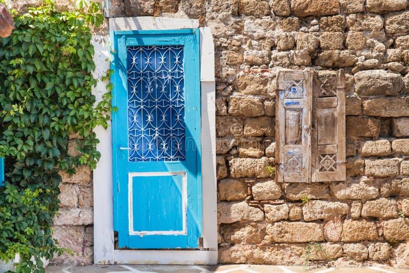 Blå dörr som ska inhysas i centret i den gamla staden fotografering för bildbyråer