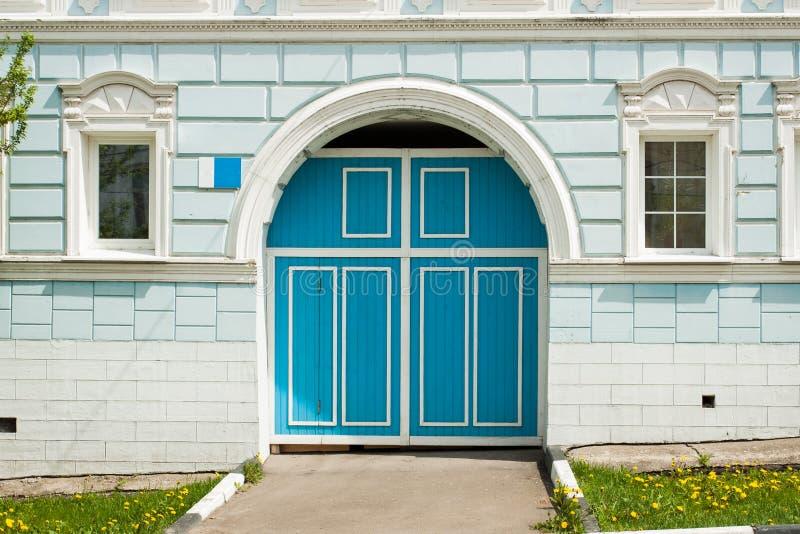 Blå dörringång i stenvägg av bostads- byggnad royaltyfri bild