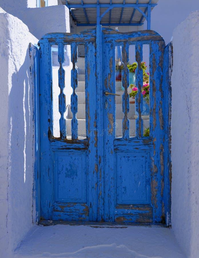 Blå dörrskalningsmålarfärg royaltyfria bilder
