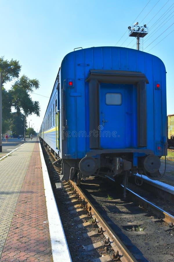 Blå drevvagn som står arkivbilder