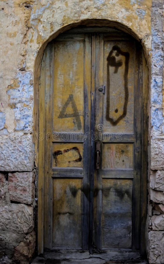 Blå durty smutsig dörr med rostigt och openwork en härlig tappningbakgrund arkivfoto