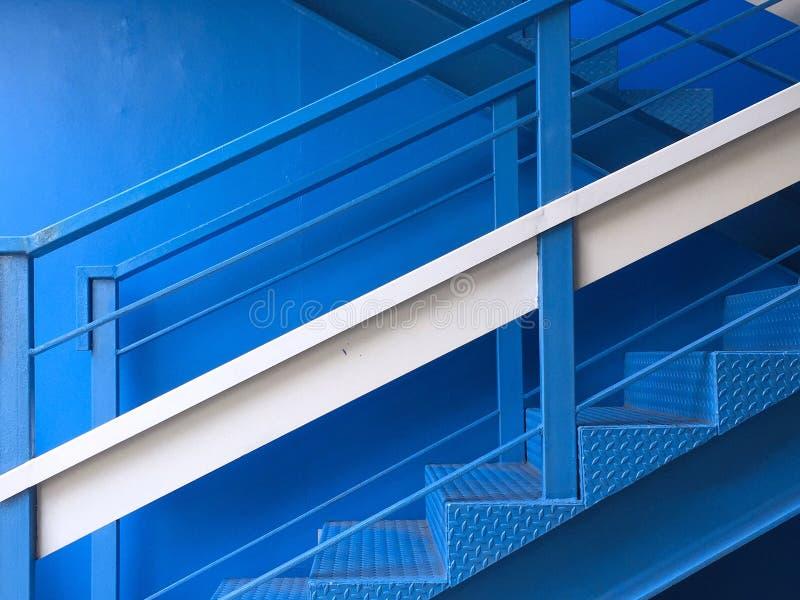 Blå färg för trappuppgång arkivbild