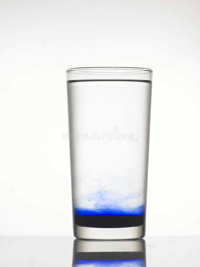 Blå färg i vatten royaltyfria bilder