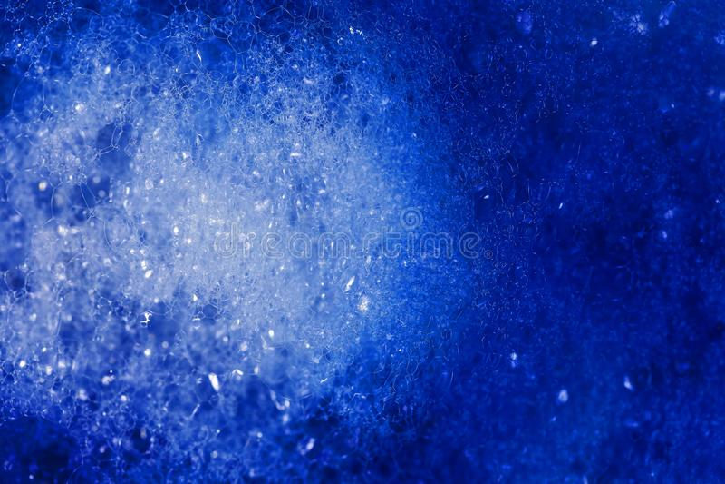 Blå färgdroppe på luftbubblor Föreställ föroreningarna i cet royaltyfria bilder
