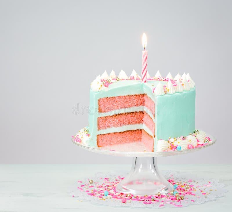 Blå födelsedagkaka med rosa lager royaltyfria foton