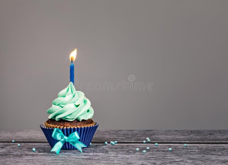 Blå födelsedagmuffin royaltyfria bilder