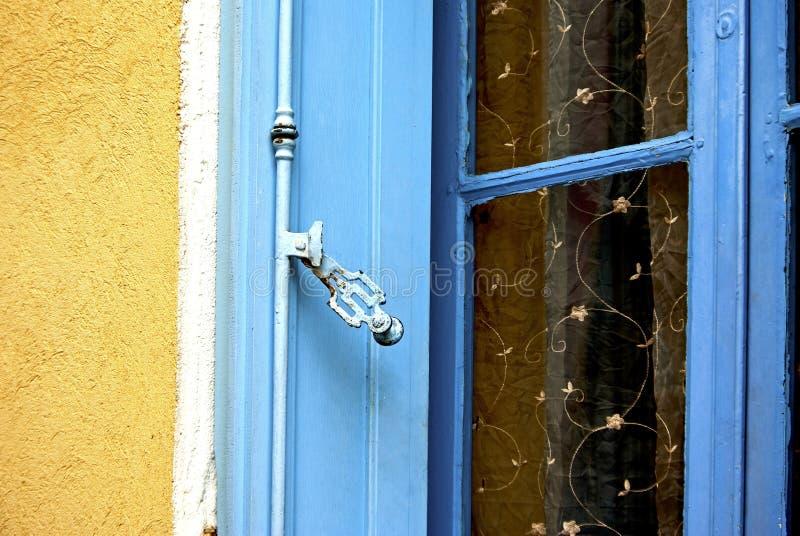 Blå fönsterslutare royaltyfri bild