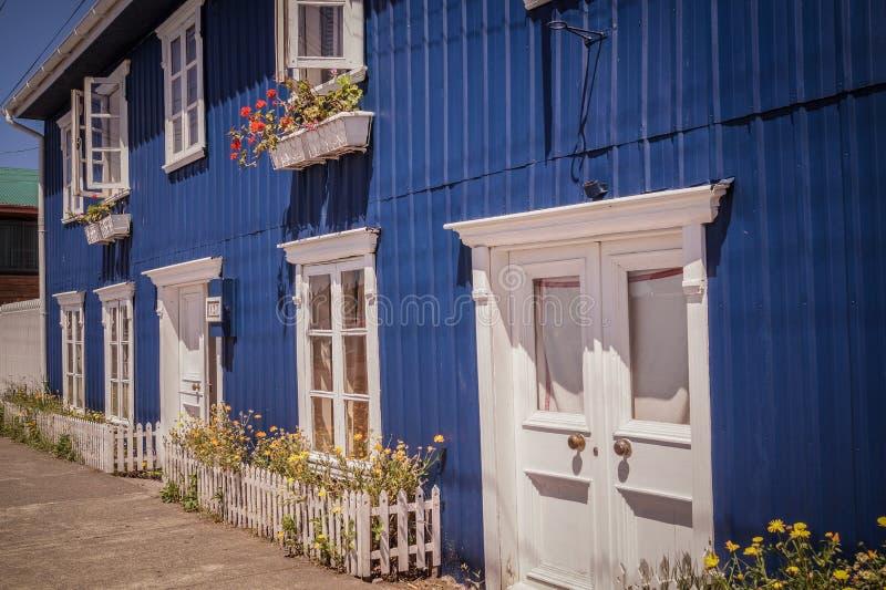 blå facade royaltyfria bilder