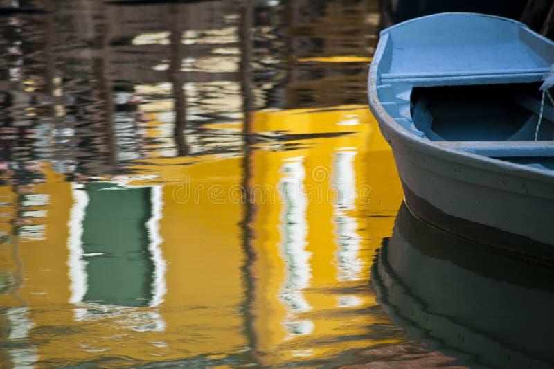 blå fartygburanoitaly reflexion royaltyfri fotografi