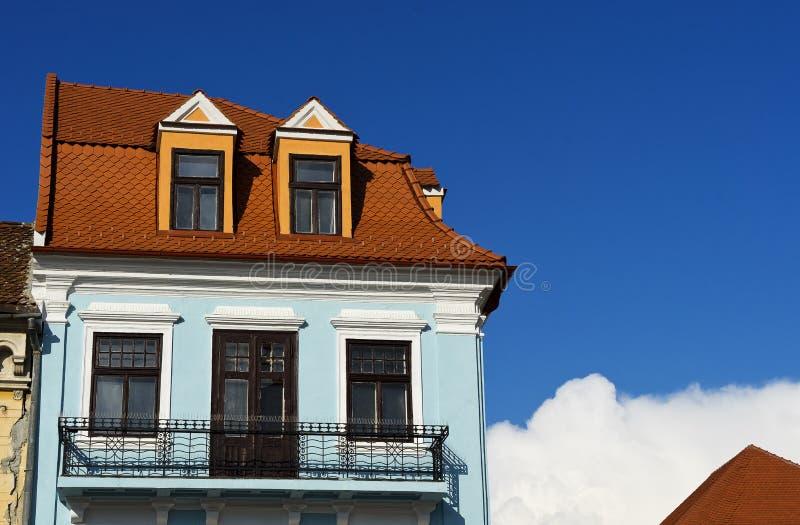 Blå fasad i Brasov Rumänien royaltyfria foton