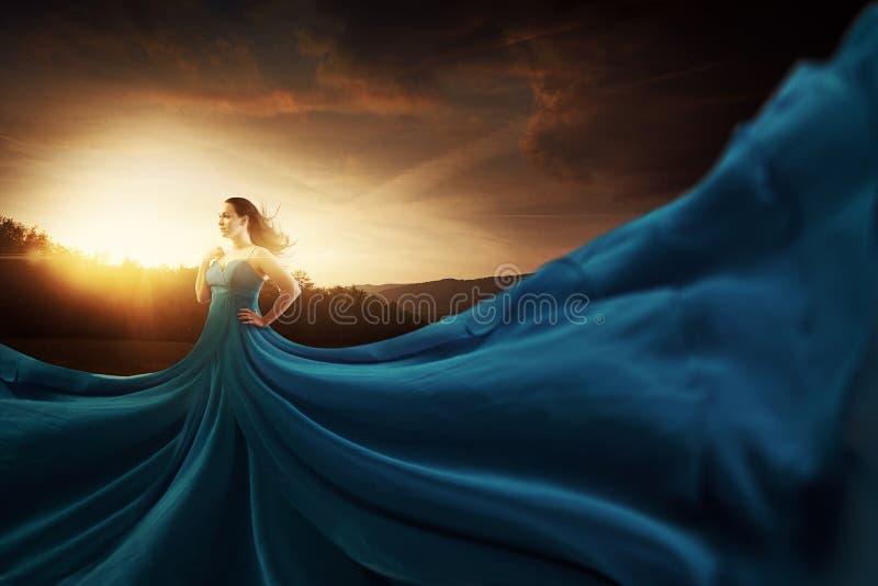 Blå flödande klänning arkivfoto