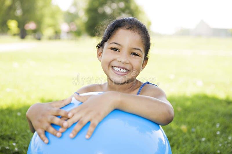 blå flickaholding för boll little royaltyfria foton
