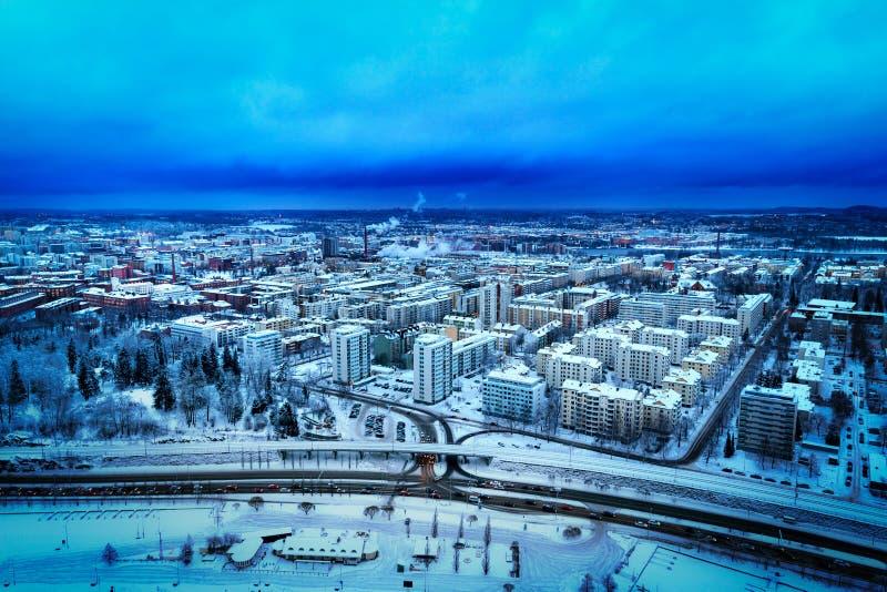 Blå flyg- sikt av staden av Tammerfors, Finland, i vinter royaltyfri bild