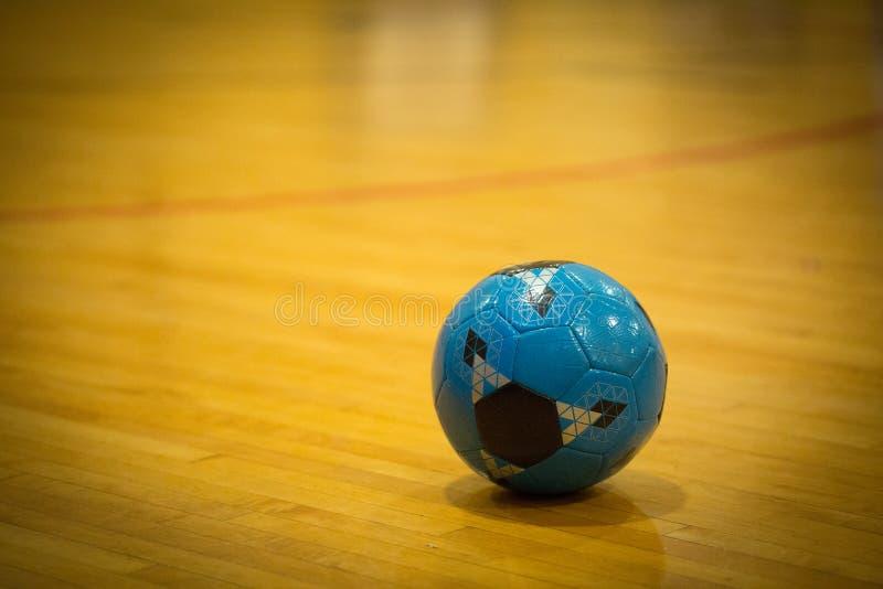 Blå fotbollboll inom arkivfoto