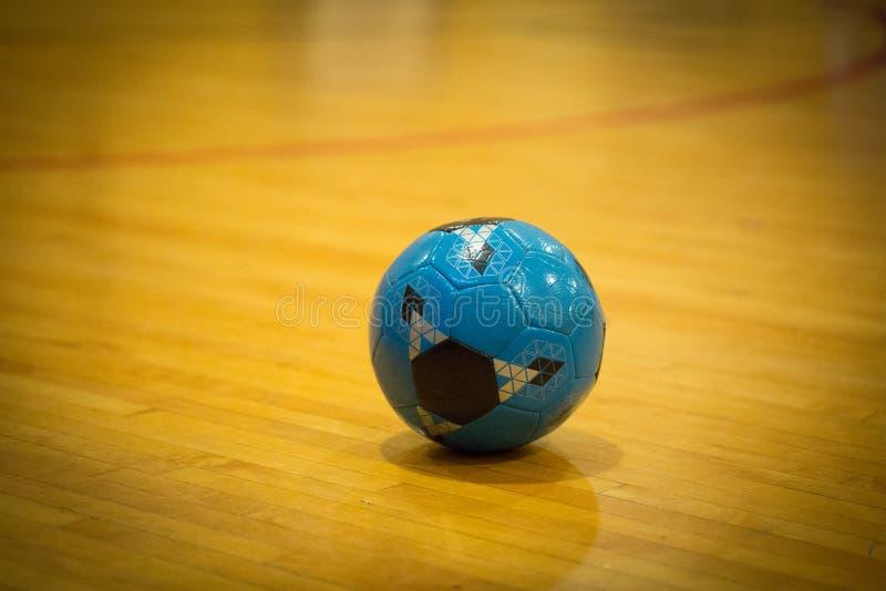 Blå fotbollboll inom royaltyfria bilder