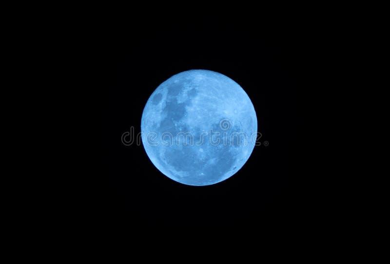 Blå fullmåne på den mörka natten royaltyfri foto