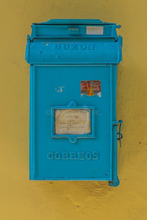 Blå gammal postbox arkivbild