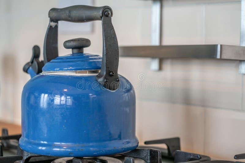Blå, gammaldags vattenkokare på en spets fotografering för bildbyråer