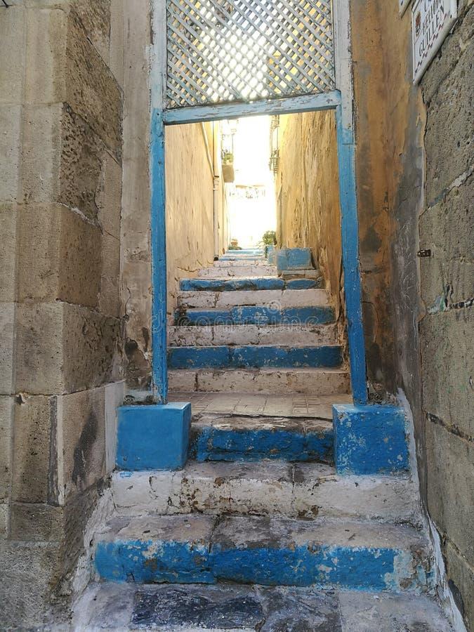 Blå gata på Alicante, Spanien arkivbild