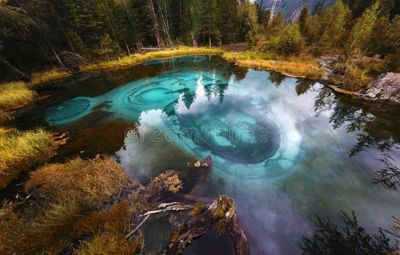 Blå geysersjö i Altai berg, Altai republik, Sibirien, Ryssland royaltyfria bilder