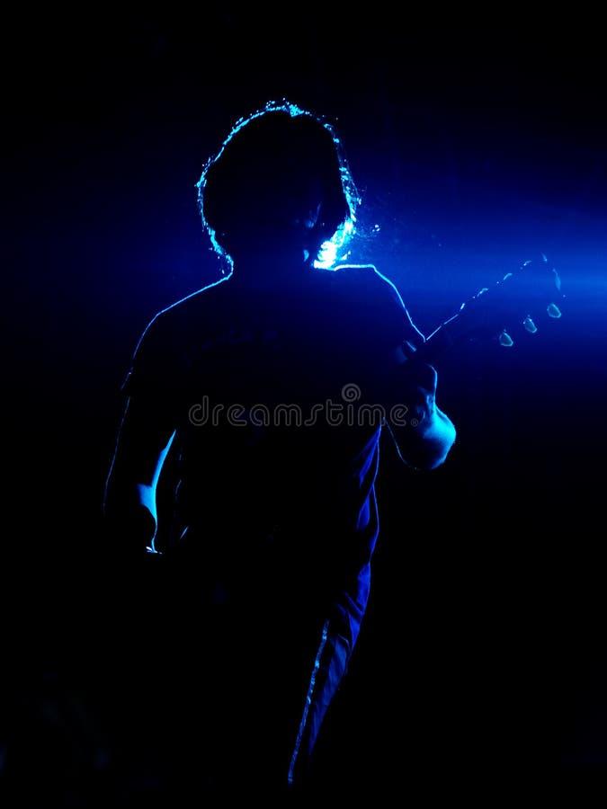 blå gitarrist royaltyfri fotografi