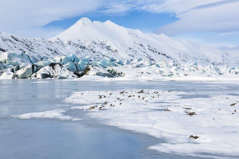 Blå glaciär, vitt berg royaltyfria foton